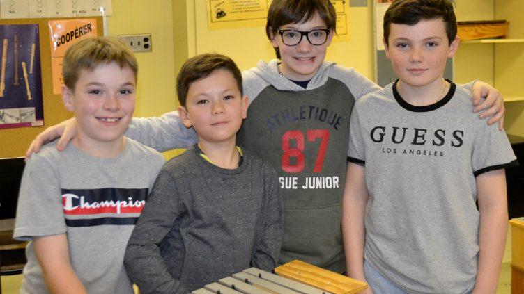 503 : quatre jeunes qui aiment la musique!